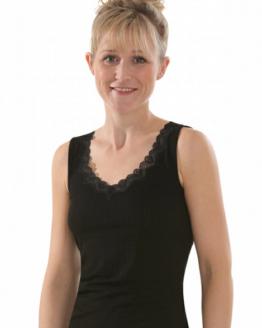 Model met zwart onderhemd met kant en streepjes